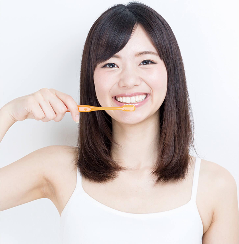 歯磨きをする女性のイメージ