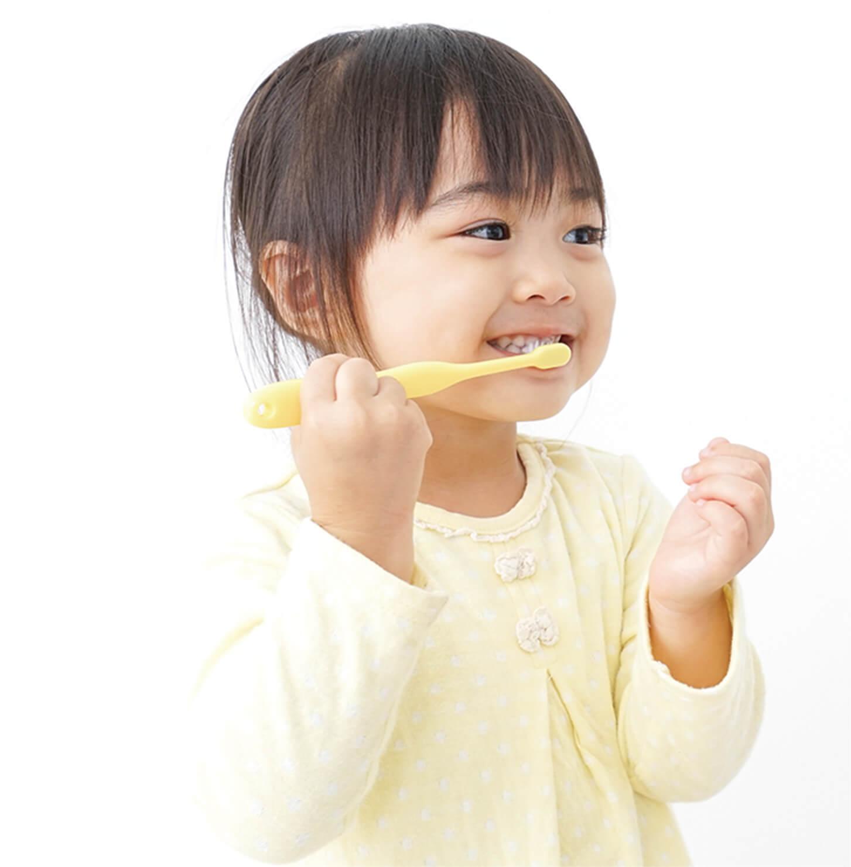 歯磨きをする女児のイメージ