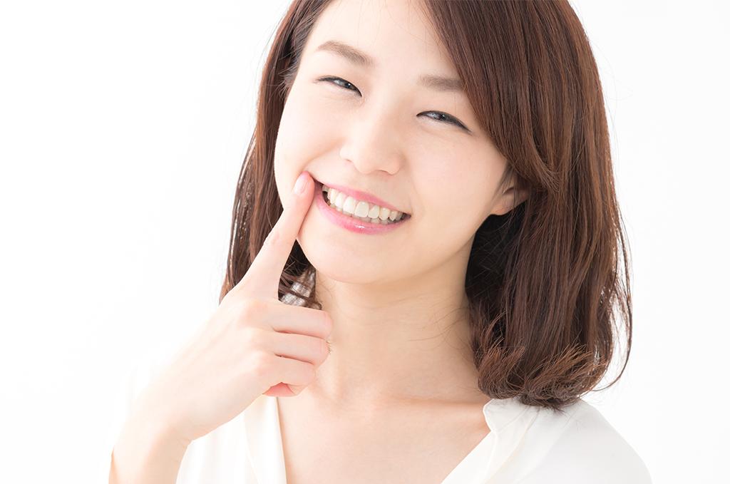歯並びの良い笑顔の女性のイメージ